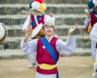 Bailarines populares y músicos coreanos Foto de archivo