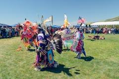 bailarines Powwow 2019 del d?a de Chumash y reuni?n entre tribus en Malibu, CA foto de archivo
