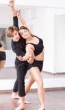 Bailarines profesionales agraciados que bailan junto Foto de archivo libre de regalías