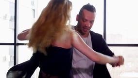 Bailarines profesionales que bailan en el estudio E almacen de metraje de vídeo