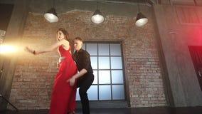 Bailarines profesionales que bailan tango en salón de baile almacen de video