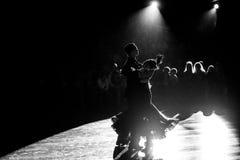 Bailarines que bailan danza Fotos de archivo libres de regalías