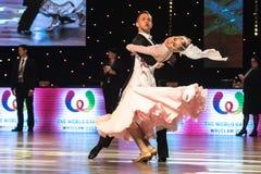 Bailarines que bailan danza estándar Fotografía de archivo