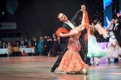 Bailarines que bailan danza estándar Fotos de archivo