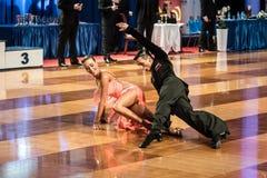 Bailarines que bailan la danza latina Imagen de archivo