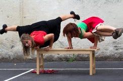 Bailarines que consiguen mucha fuerza Imágenes de archivo libres de regalías