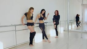 Bailarines que descansan en estudio Fotos de archivo libres de regalías
