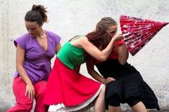 Bailarines que juegan con un parasol. Foto de archivo