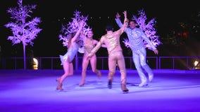 Bailarines que patinan en el hielo en el país de las maravillas del invierno en la demostración de hielo en área internacional de almacen de video