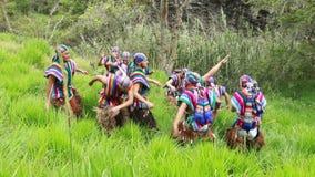Bailarines que realizan una danza ecuatoriana