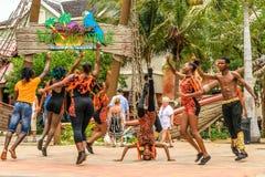 Bailarines que se realizan en la entrada a Margaritaville de Jimmy Buffett fotos de archivo libres de regalías
