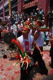 Bailarines que sostienen las pistas y las colas del dragón Fotografía de archivo