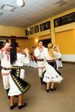 Bailarines rumanos en ropa nacional Imagenes de archivo
