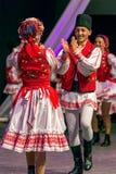 Bailarines rumanos jovenes en el traje tradicional 10 Imagen de archivo libre de regalías