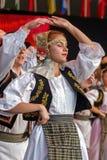 Bailarines rumanos jovenes en el traje tradicional 11 Fotografía de archivo libre de regalías