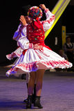 Bailarines rumanos jovenes en traje tradicional Fotografía de archivo