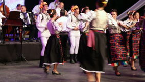 Bailarines rumanos jovenes en traje tradicional almacen de metraje de vídeo