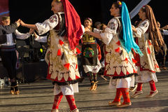Bailarines servios jovenes en el traje tradicional 3 Foto de archivo libre de regalías