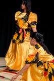 Bailarines - Tinikling - tradición filipina Foto de archivo