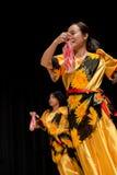 Bailarines - Tinikling - tradición filipina Fotografía de archivo