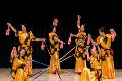 Bailarines - Tinikling - tradición filipina Imágenes de archivo libres de regalías