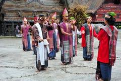 Bailarines tradicionales de Batak en el lago toba Fotografía de archivo libre de regalías