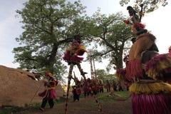 Bailarines tradicionales de la máscara en la aldea Malí de Dogon Fotos de archivo