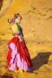 Bailarines tribales. Mujeres en trajes étnicos. Fotos de archivo