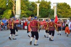 Bailarines turcos en el cuadrado Fotos de archivo libres de regalías