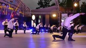 Bailarines turcos jovenes en traje tradicional almacen de metraje de vídeo