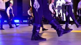 Bailarines turcos jovenes en traje tradicional metrajes