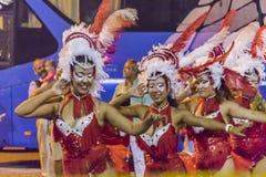 Bailarines vestidos de las mujeres jovenes en el desfile de carnaval de Uruguay Imágenes de archivo libres de regalías