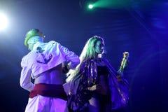 Bailarines vestidos en partido del carnaval Imágenes de archivo libres de regalías