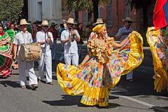 Bailarines y músicos colombianos Imagenes de archivo
