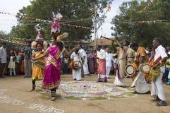 Bailarines y músicos del festival Foto de archivo