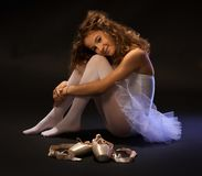 Bailarín de ballet joven que descansa sobre piso Fotos de archivo libres de regalías