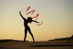 Bailarín de la mujer que presenta con la cinta Foto de archivo libre de regalías