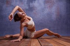 Bailarín hermoso joven en el baile beige del traje de baño Imagen de archivo