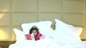 Baile activo de la niña en cama metrajes