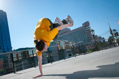Baile adolescente de la muchacha de hip-hop sobre paisaje de la ciudad Fotografía de archivo