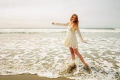 Baile adolescente de la muchacha en las ondas Foto de archivo
