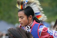 Baile adolescente del nativo americano Fotografía de archivo libre de regalías