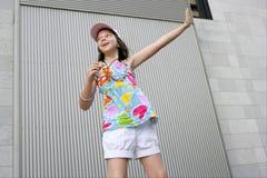 Baile adolescente trigueno mp3 de la niña Fotografía de archivo libre de regalías