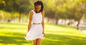 Baile africano lindo de la mujer en un parque Fotografía de archivo libre de regalías