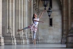 Baile agraciado de la bailarina en un palacio imagen de archivo libre de regalías