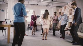 Baile alegre de la empresaria en el partido teambuilding de la oficina casual Cámara lenta multiétnica del tiempo de la diversión metrajes