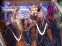 Baile alegre de los pares del Año Nuevo en el movimiento Foto de archivo