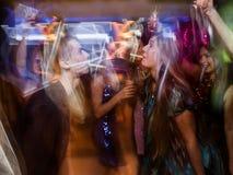 Baile alegre de los pares del Año Nuevo en el movimiento Fotografía de archivo