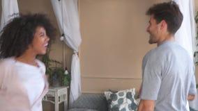 Baile alegre de los pares en dormitorio almacen de metraje de vídeo