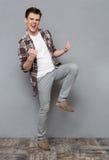 Baile alegre encantado y sonrisa del hombre joven Imagenes de archivo